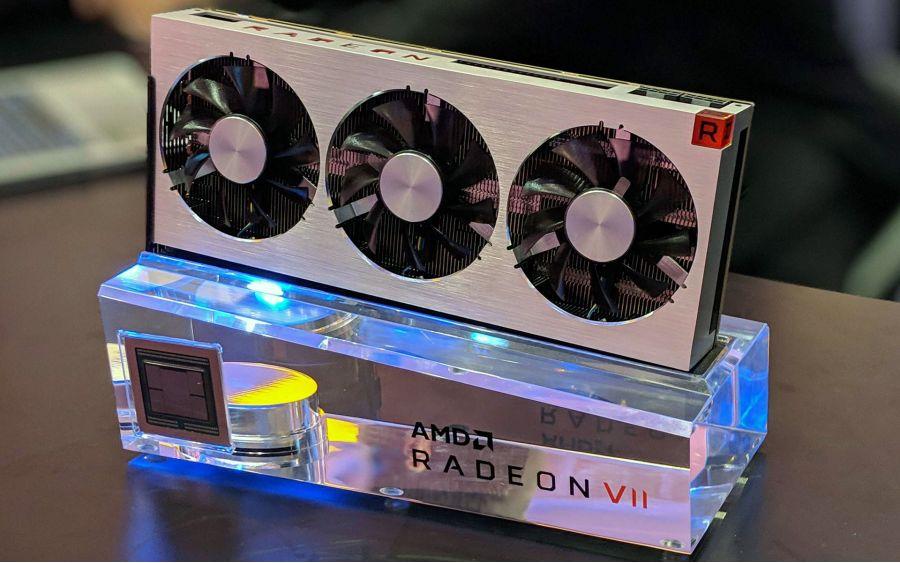 Видеокарта AMD Radeon VII позирует перед фотокамерами